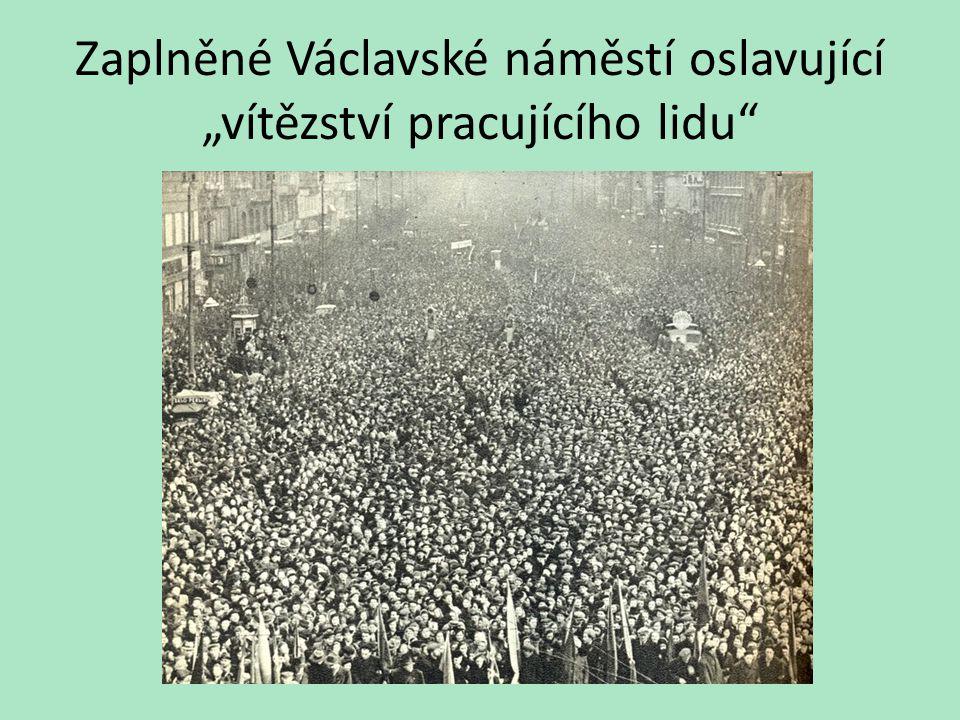 """Zaplněné Václavské náměstí oslavující """"vítězství pracujícího lidu"""