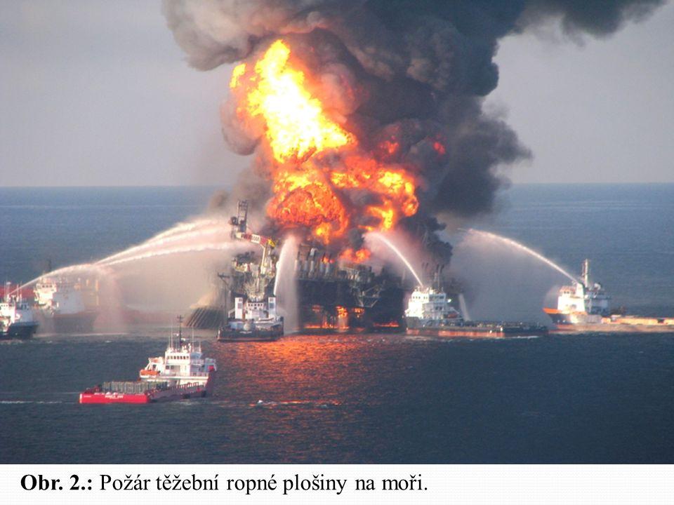 Obr. 2.: Požár těžební ropné plošiny na moři.