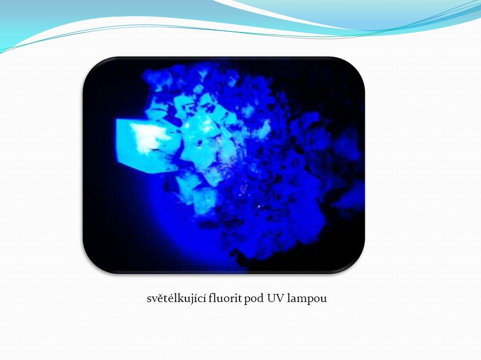 světélkující fluorit pod UV lampou
