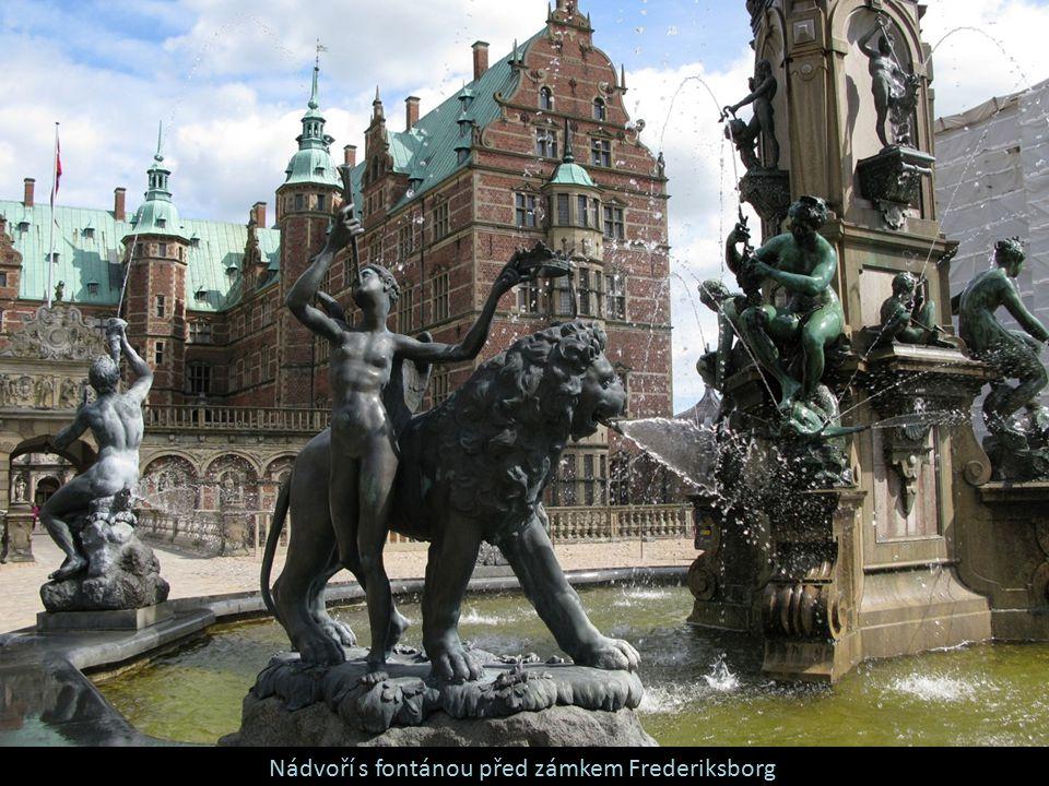 Nádvoří s fontánou před zámkem Frederiksborg