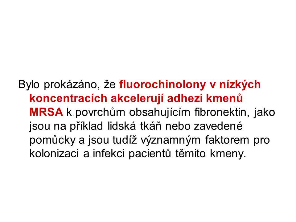 Bylo prokázáno, že fluorochinolony v nízkých koncentracích akcelerují adhezi kmenů MRSA k.povrchům obsahujícím fibronektin, jako jsou na příklad lidská tkáň nebo zavedené pomůcky a jsou tudíž významným faktorem pro kolonizaci a infekci pacientů těmito kmeny.