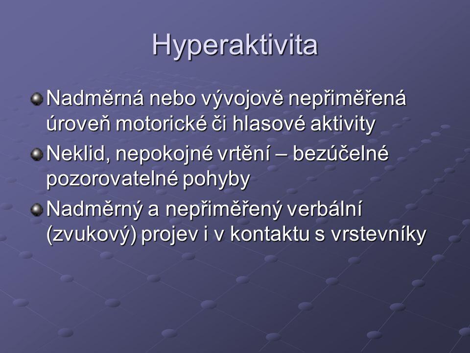 Hyperaktivita Nadměrná nebo vývojově nepřiměřená úroveň motorické či hlasové aktivity. Neklid, nepokojné vrtění – bezúčelné pozorovatelné pohyby.