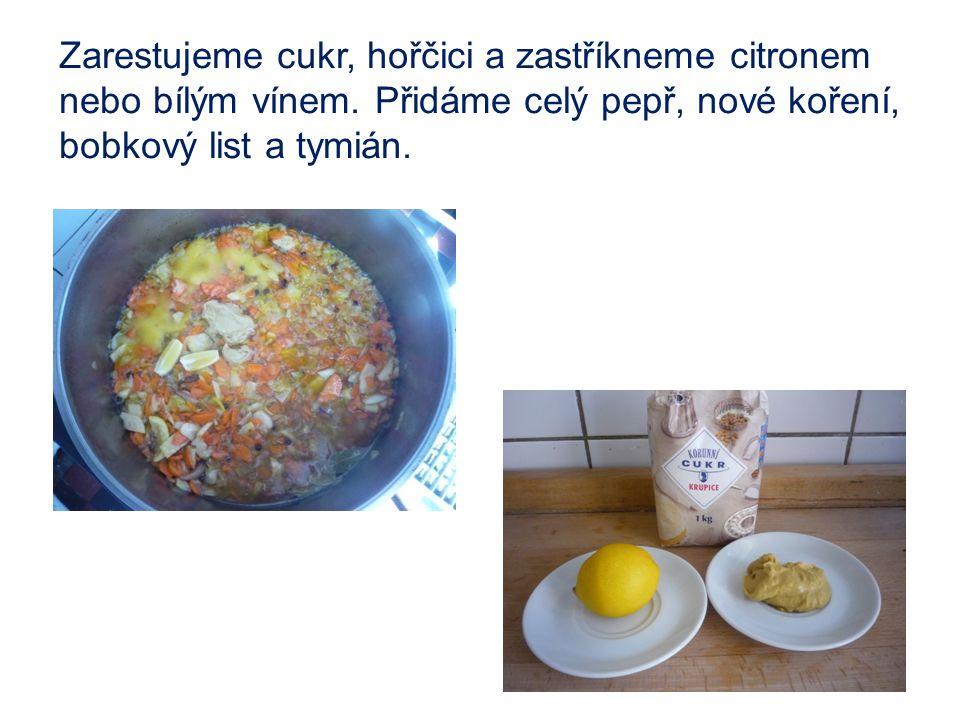 Zarestujeme cukr, hořčici a zastříkneme citronem