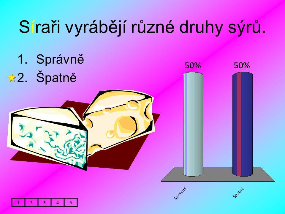 Síraři vyrábějí různé druhy sýrů.