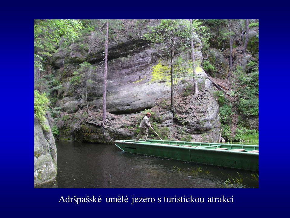 Adršpašské umělé jezero s turistickou atrakcí