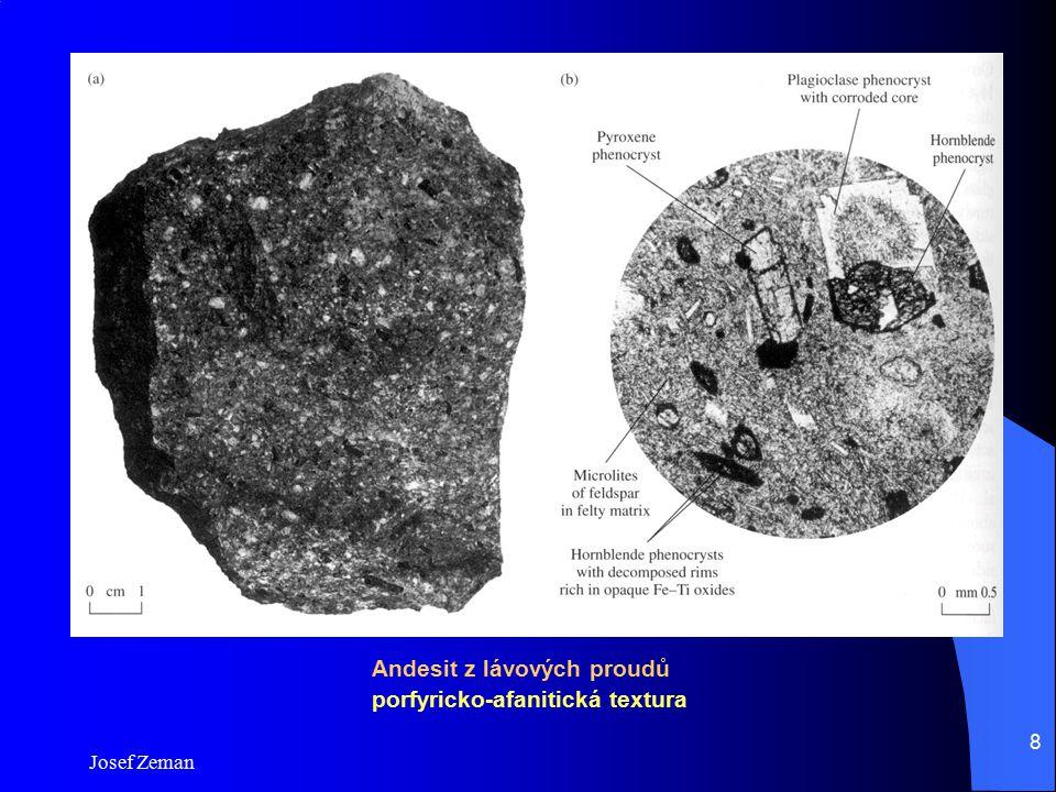 Andesit z lávových proudů porfyricko-afanitická textura