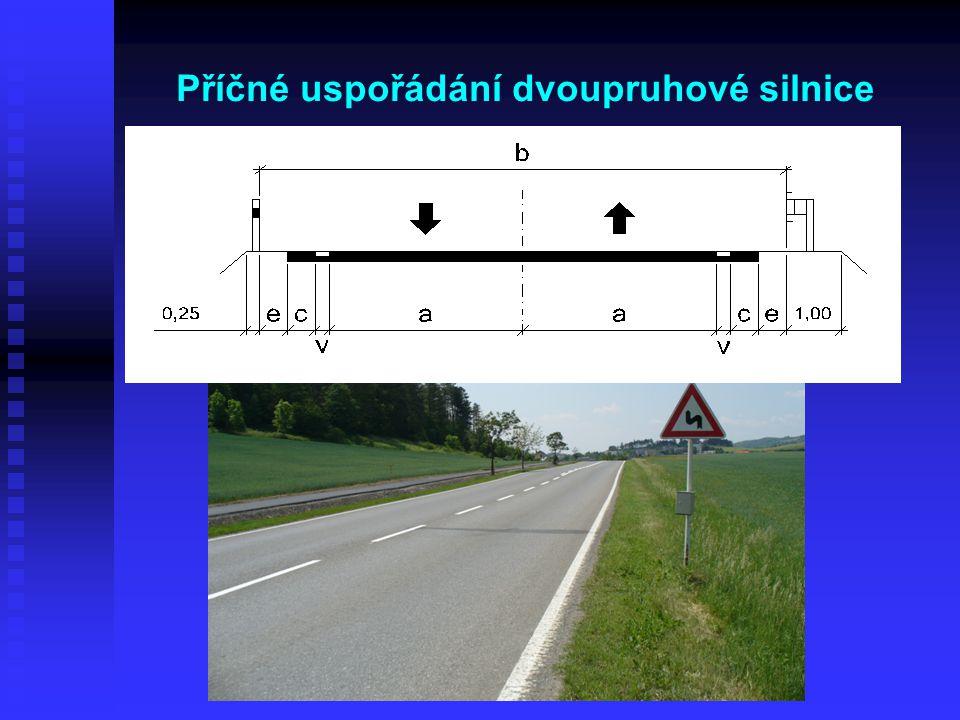 Příčné uspořádání dvoupruhové silnice