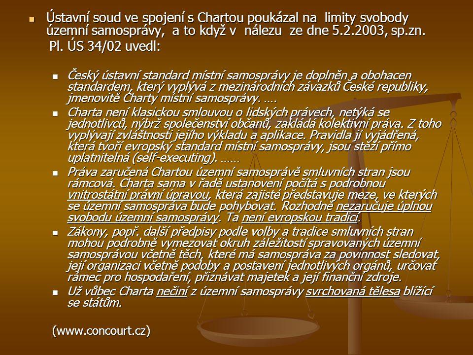Ústavní soud ve spojení s Chartou poukázal na limity svobody územní samosprávy, a to když v nálezu ze dne 5.2.2003, sp.zn.