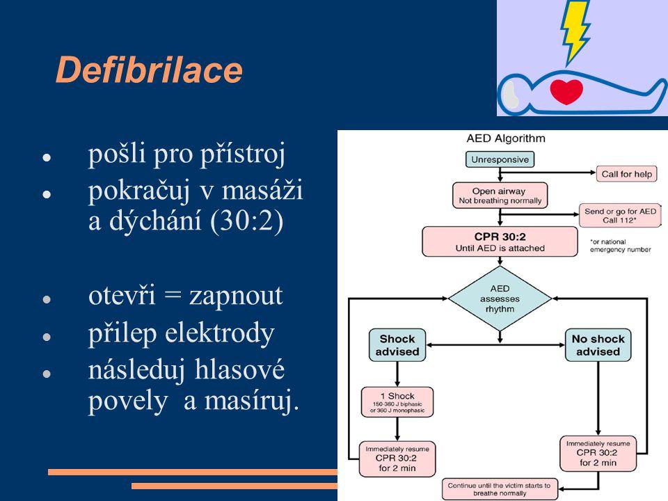 Defibrilace pošli pro přístroj pokračuj v masáži a dýchání (30:2)