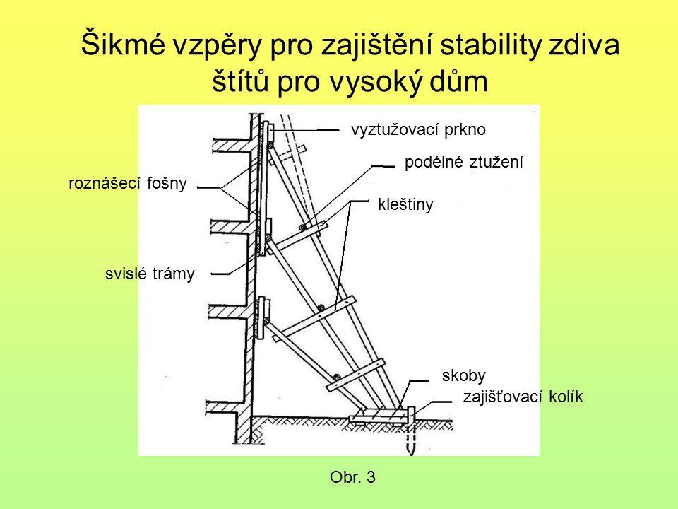 Šikmé vzpěry pro zajištění stability zdiva štítů pro vysoký dům