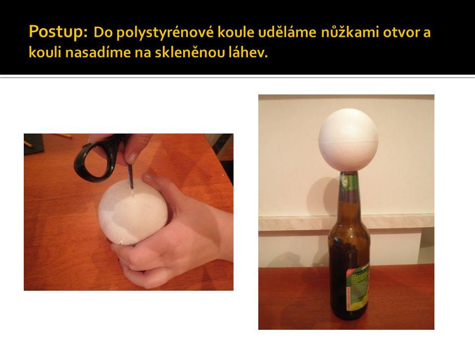 Postup: Do polystyrénové koule uděláme nůžkami otvor a kouli nasadíme na skleněnou láhev.