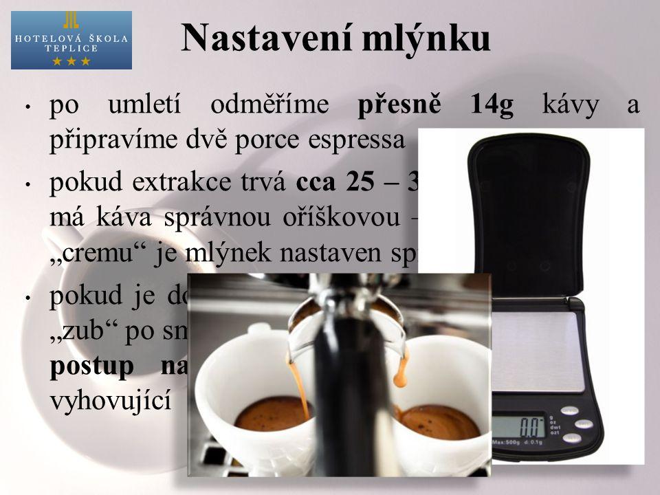 Nastavení mlýnku po umletí odměříme přesně 14g kávy a připravíme dvě porce espressa.