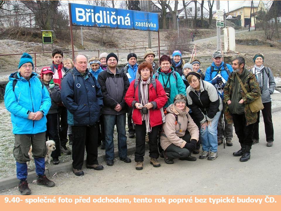 9.40- společné foto před odchodem, tento rok poprvé bez typické budovy ČD.