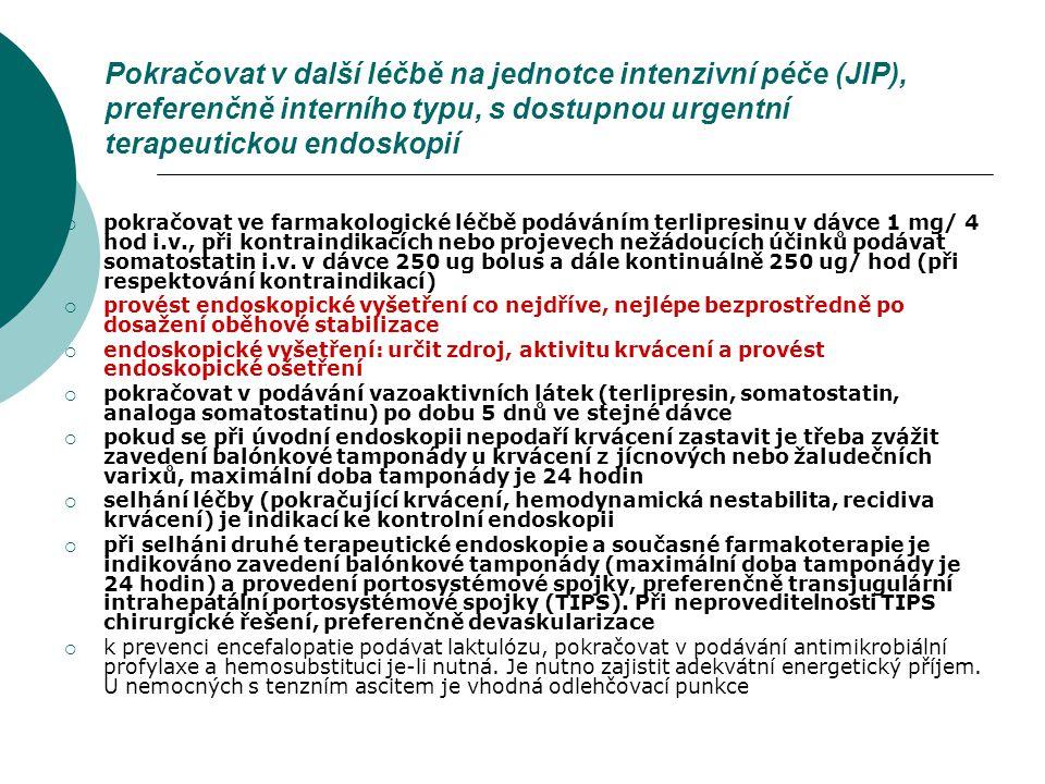 Pokračovat v další léčbě na jednotce intenzivní péče (JIP), preferenčně interního typu, s dostupnou urgentní terapeutickou endoskopií