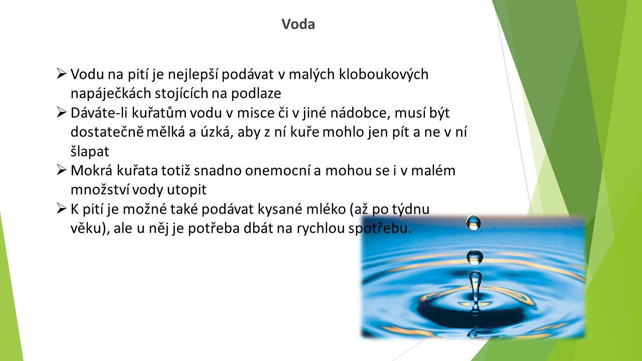 Voda Vodu na pití je nejlepší podávat v malých kloboukových napáječkách stojících na podlaze.