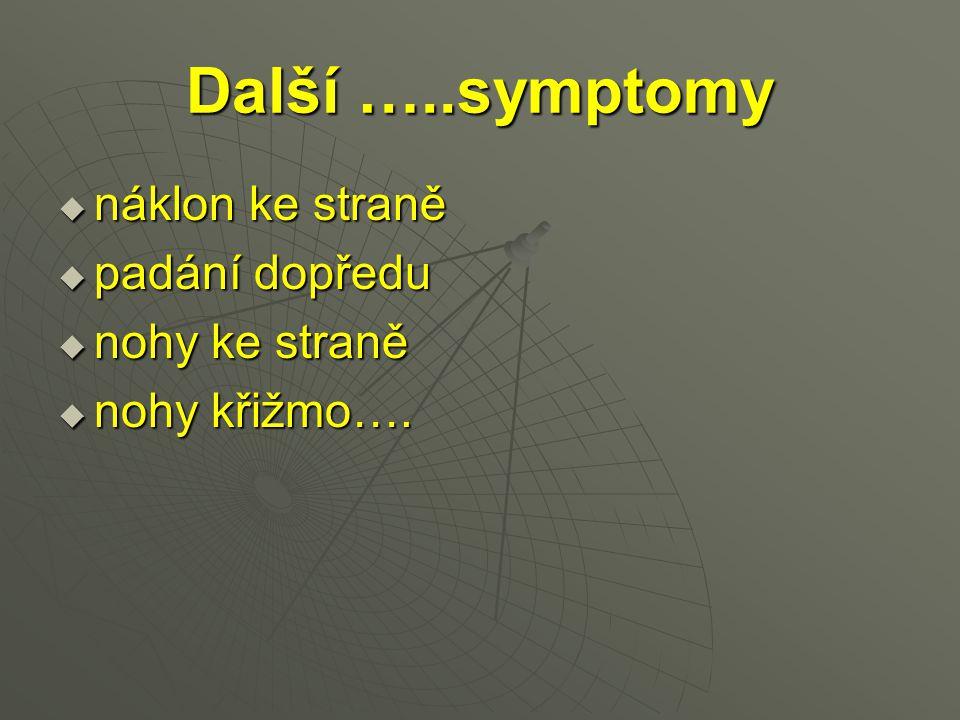 Další …..symptomy náklon ke straně padání dopředu nohy ke straně