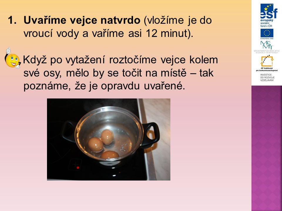 Uvaříme vejce natvrdo (vložíme je do vroucí vody a vaříme asi 12 minut).