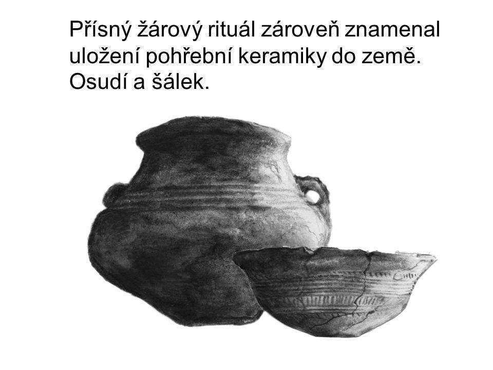 Přísný žárový rituál zároveň znamenal uložení pohřební keramiky do země. Osudí a šálek.