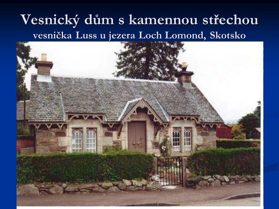 Vesnický dům s kamennou střechou vesnička Luss u jezera Loch Lomond, Skotsko