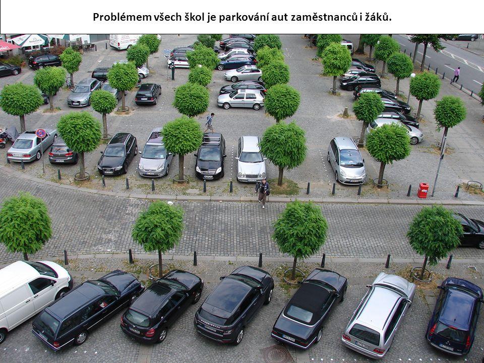 Problémem všech škol je parkování aut zaměstnanců i žáků.