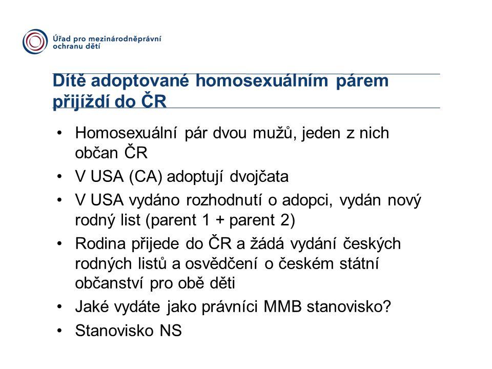 Dítě adoptované homosexuálním párem přijíždí do ČR