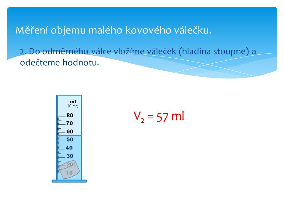 Měření objemu malého kovového válečku.