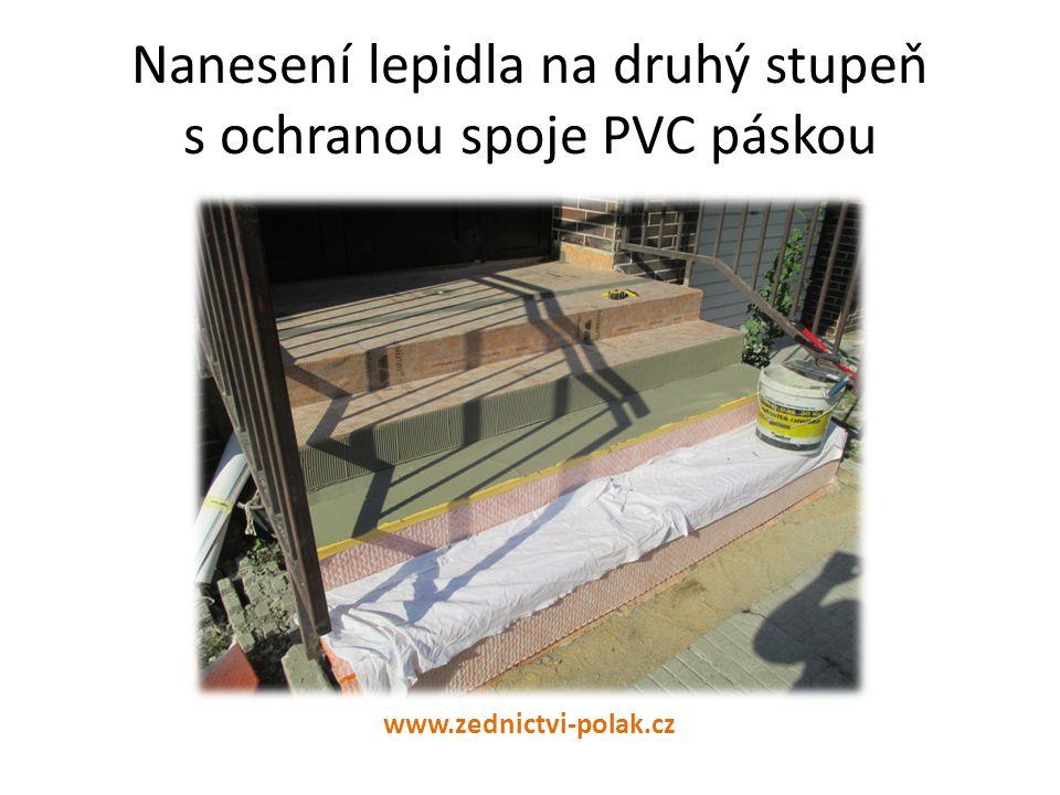 Nanesení lepidla na druhý stupeň s ochranou spoje PVC páskou