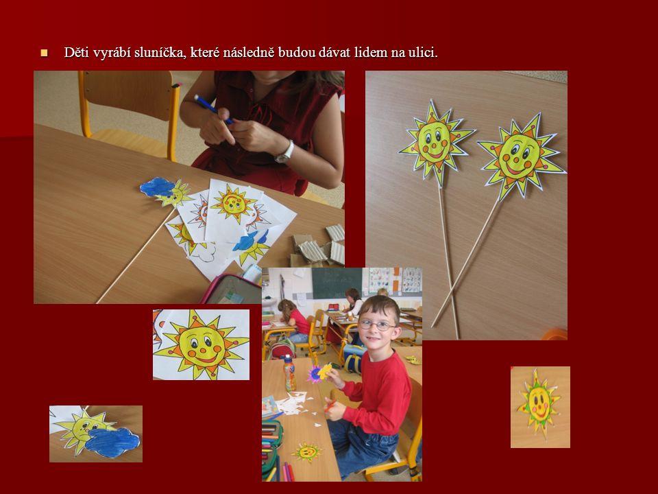 Děti vyrábí sluníčka, které následně budou dávat lidem na ulici.
