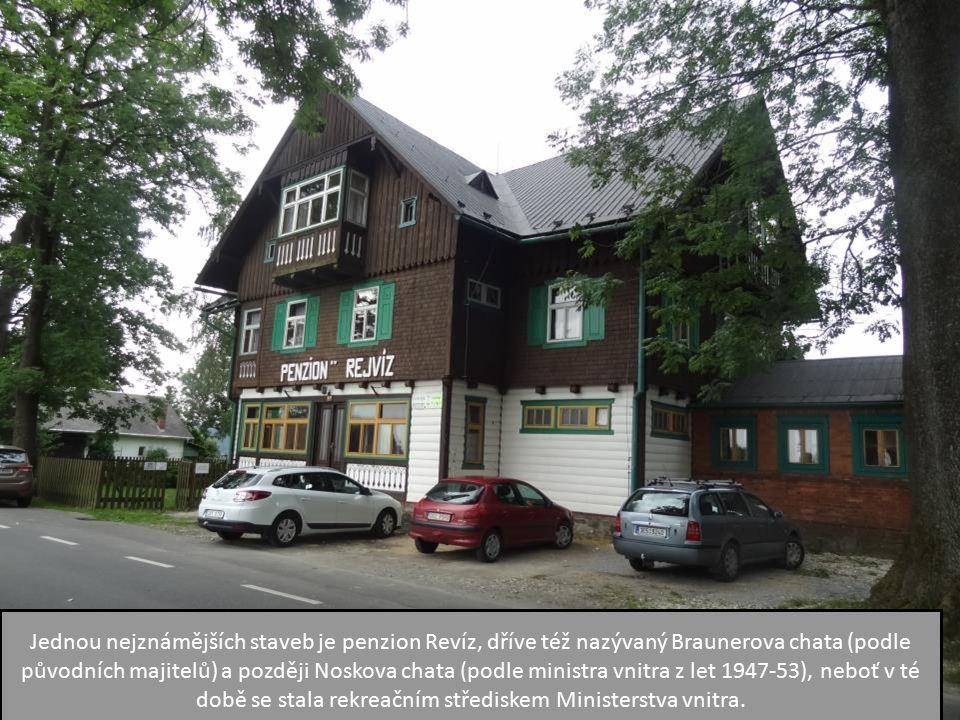 Jednou nejznámějších staveb je penzion Revíz, dříve též nazývaný Braunerova chata (podle původních majitelů) a později Noskova chata (podle ministra vnitra z let 1947-53), neboť v té době se stala rekreačním střediskem Ministerstva vnitra.